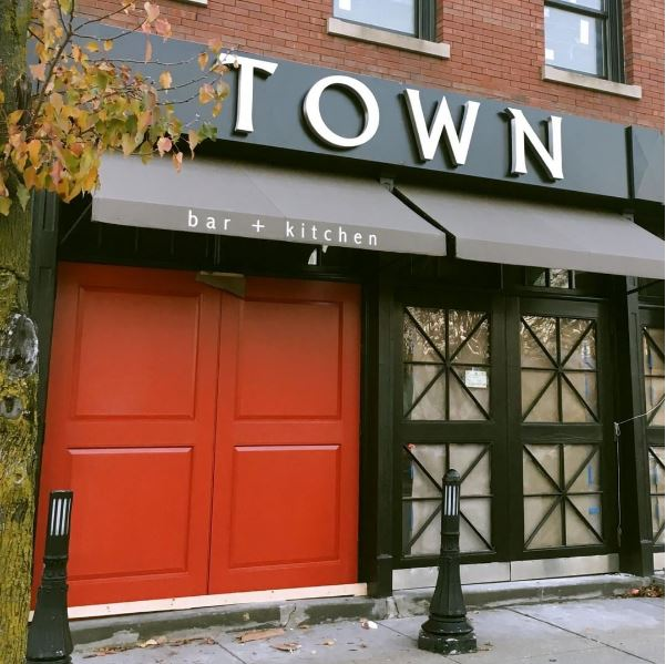Town Kitchen And Bar: F.J. Rawding Architecture & Planning